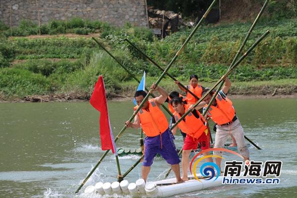 芭蕉渡水比赛中,选手们在进行最后冲刺。南海网记者 叶俊一 摄   开幕式的表演结束后,番阳镇的三月三节庆活动正式进入高潮,村民们骑着摩托车或开着小车来到了备受期待的水上项目比赛场地。   本次水上项目共三大类,分别为划竹排、芭蕉渡水、抓鸭子。在划竹排比赛中,每组选手由两男一女组成,他们需要从起点划至河对岸再返回,谁用时短就获胜。看起来似乎较为简单,可划起来才知道有多不容易,而这最关键的便是三个人的分工与协同合作。南海网记者注意到,有的小组三名参赛选手虽然使了很大劲在划,但却成为落后的一方;尤其是在