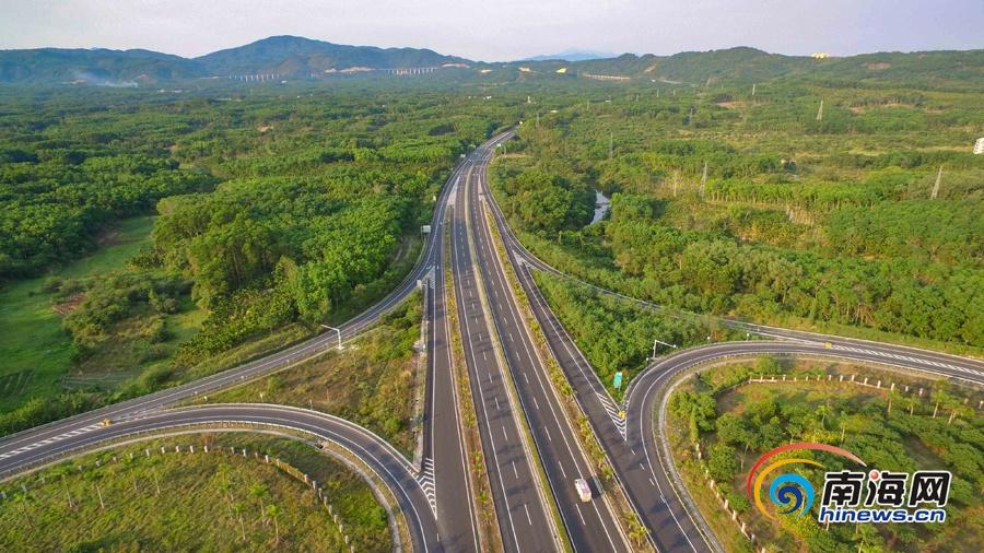 航拍海南中线高速 公路两边景观令人赏心悦目