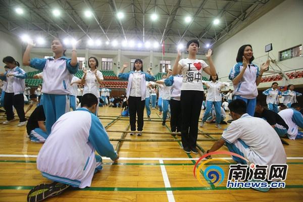 海南万人竹竿舞表演将于28日举办海中学生紧张排练