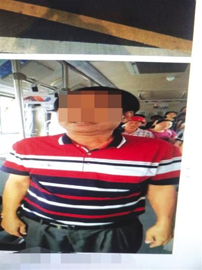 六旬翁海口公交车上打哭阿婆乘客报警司机紧闭车门等民警来