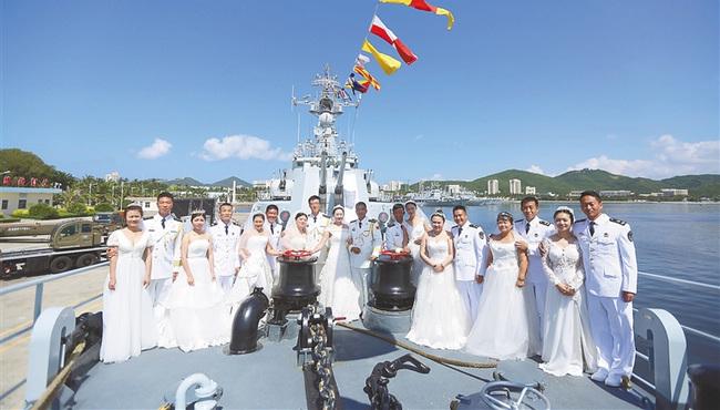 南海舰队某护卫舰支队洛阳舰举行集体婚礼