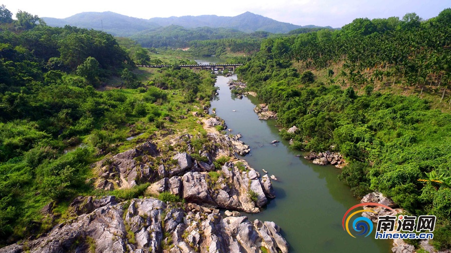 航拍壮观琼中乘坡河大峡谷:融山、石、崖、河流为一体