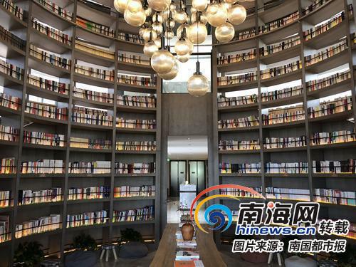 <b>三亚这家读书馆6米高圆筒环型书架直通天花板免费对市民开放</b>