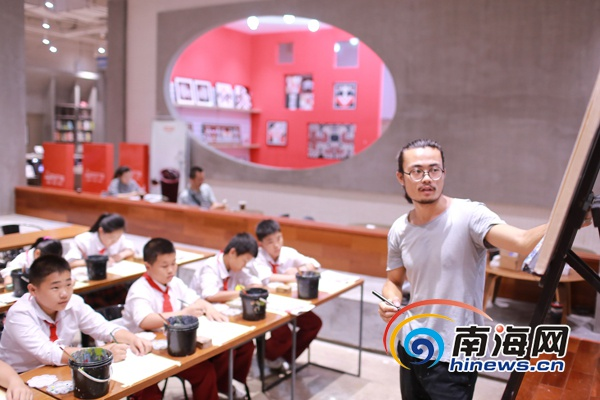 """海南日报为农民工子女送上""""六一""""节日礼物圆孩子的绘画梦"""