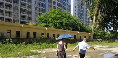琼海嘉积兆和·万泉椰风小区412户居民入住9年 200米坑洼路归谁管?