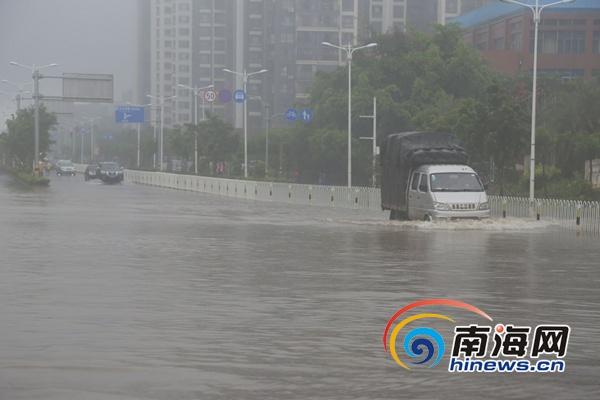 """""""城会玩""""! 海口市民在台风积水路段划船又抓鱼"""