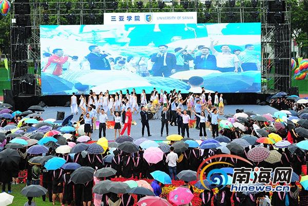 难忘!三亚学院5000师生雨中360°合影拍毕业照