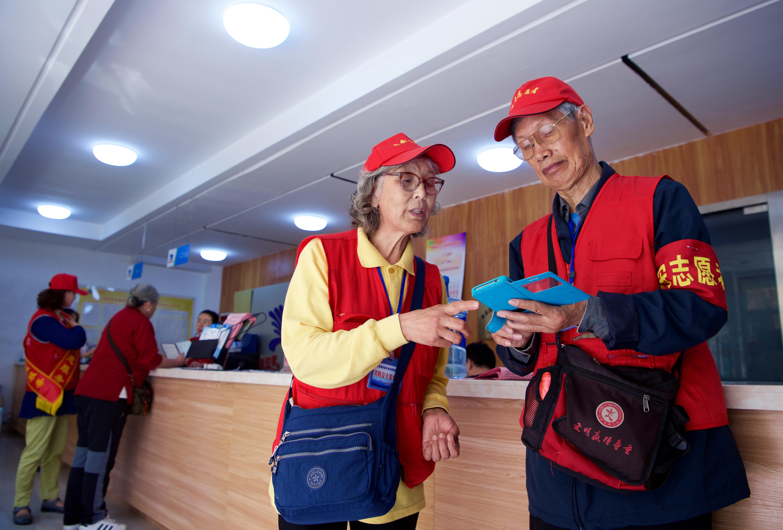 廉士芳夫妇在服务北京奥运会青岛奥帆赛时合影(新华社发);下图:2018年