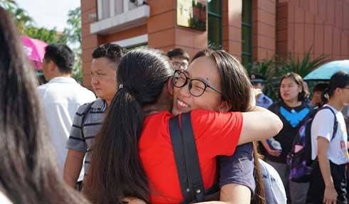 组图   2018海南高考结束 考生家长拥抱欢庆