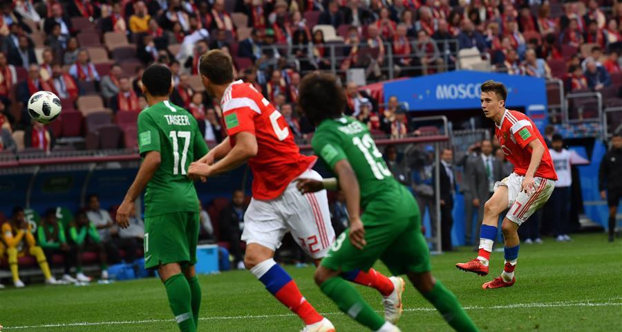 俄罗斯队球员戈洛文(右)罚任意球得分