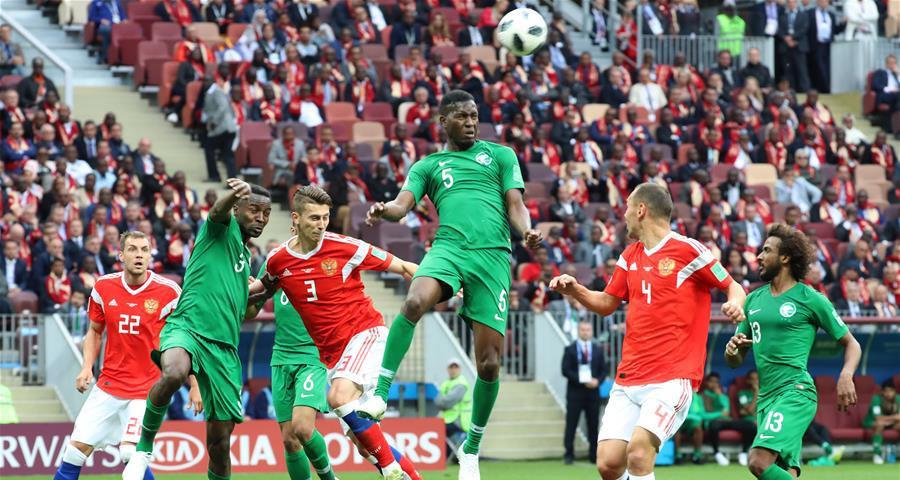 沙特阿拉伯队球员奥斯曼(上)在门前拼抢