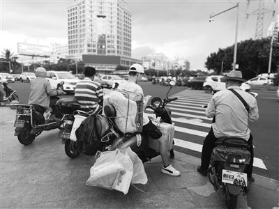 记者海口走访:60人骑电动车经过戴安全头盔的不到一半