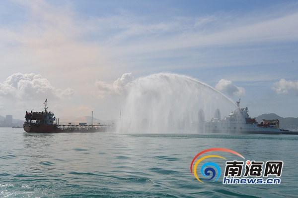 <b>实拍:琼南陆海空联动海上防污染综合应急演习</b>