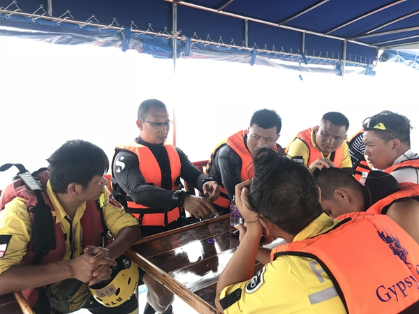 7月8日上午,两支来自中国的救援队加入泰方组织的救援打捞工作。一支为12人组成的交通运输部广州打捞局救援队;另一支是来自浙江的民间队伍公羊救援队。中方搜救人员携带压缩空气机和气瓶等专业设备,乘坐泰方提供的救援船抵达事故海区展开工作。中国驻泰国大使馆确认,截至8日上午9时,中国公民有41人在泰国普吉岛翻船事故中遇难。