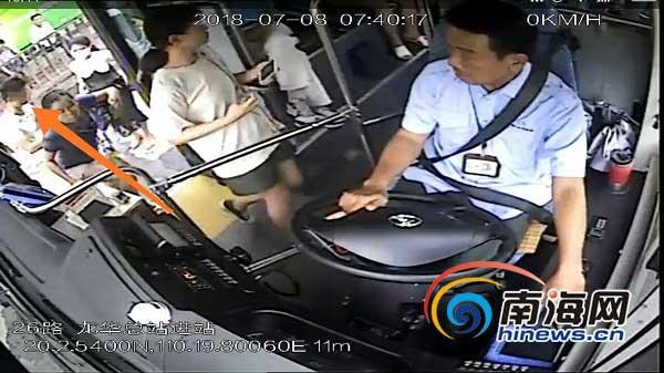 <b>【椰视频】乘客手机被偷海口公交司机和市民狂追百米夺回</b>