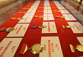海南劳模展出的获奖勋章