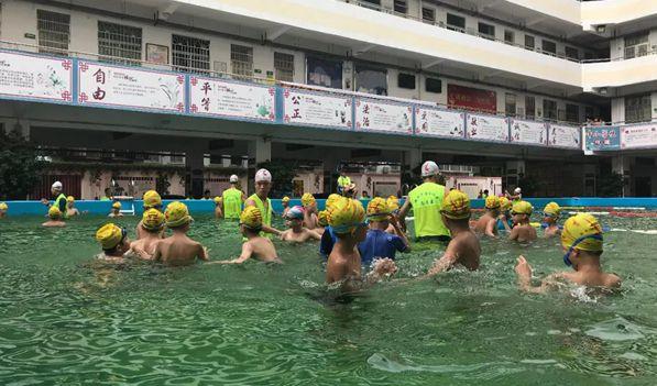操场变泳池 !海口城区学校首个移动式泳池投入使用