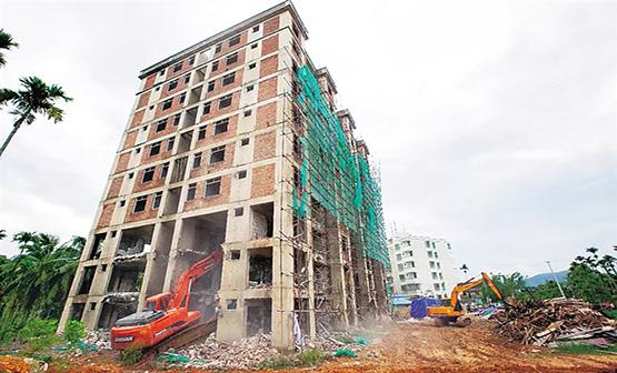 万宁一栋10层违建被拆除 占地面积为633.87平方米