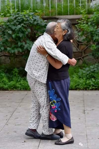 """公园里,一对老人每天都跳""""贴面舞""""!真相看哭所有人图片"""