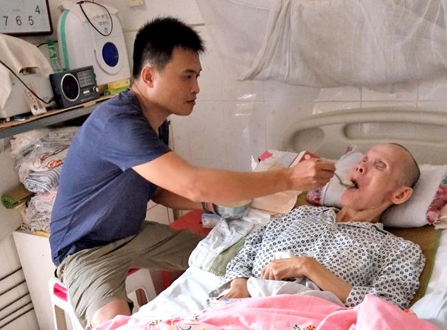 儋州市人民医院救护车司机符子荣:无怨无悔照料患病父亲21年