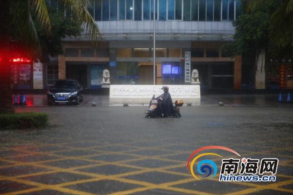 【组图】海口海甸岛人民大道积水车辆行人涉水前行