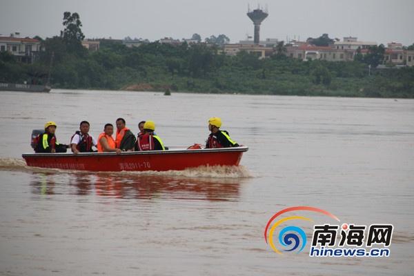 东方3人被困采砂船消防官兵驾驶冲锋舟渡江救援