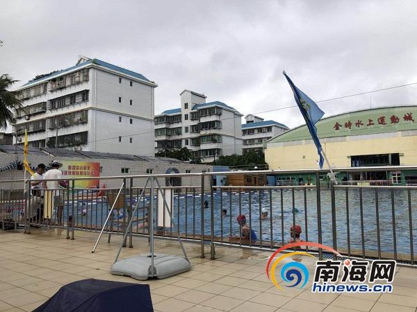 海口金时水上运动城大雨天让学生露天练游泳家长担忧