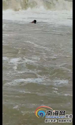 一男一女河边洗手掉进万泉河老渔民争分夺秒割断蟹网开船救人