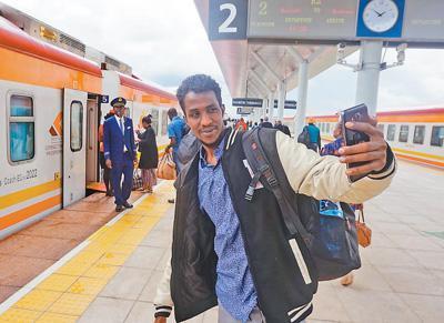 """聚焦中非""""十大合作"""":中国铁路受非洲人民青睐"""