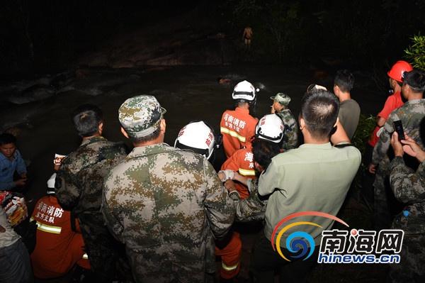 东方市下雨河水暴涨致3人被困消防及时救援
