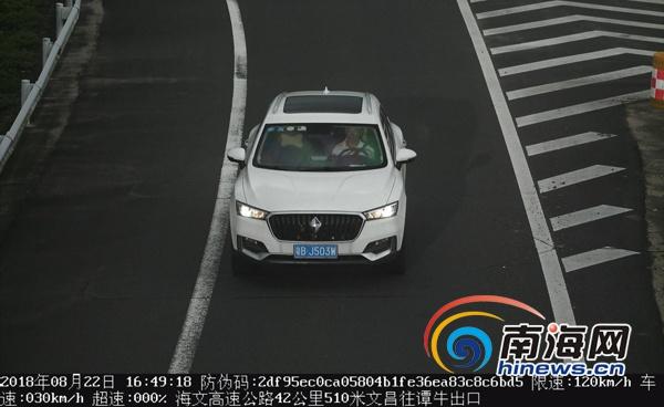 椰视频|男子驾车在海文高速上疯狂逆行被文昌交警查处