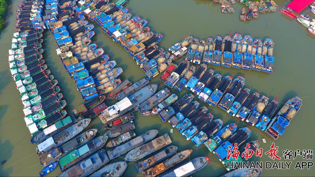 """""""双台风""""即将登陆 海口渔船陆续回港避风"""