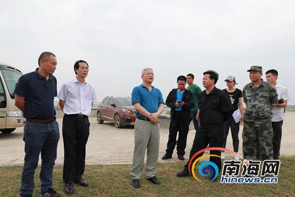 儋州市委书记袁光平到海头镇红洋水库了解水库库容和排洪工作.