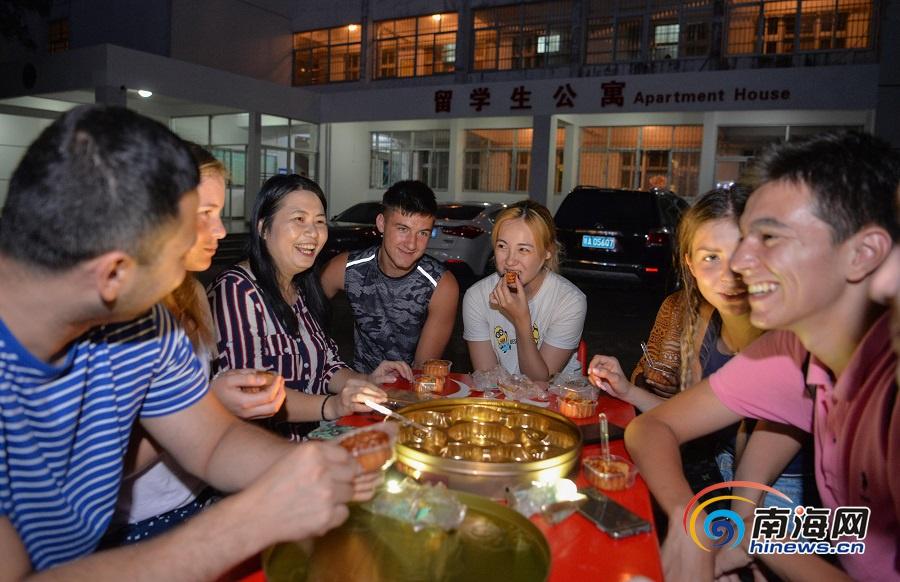 组图|海南外国留学生吃月饼感受中国传统文化