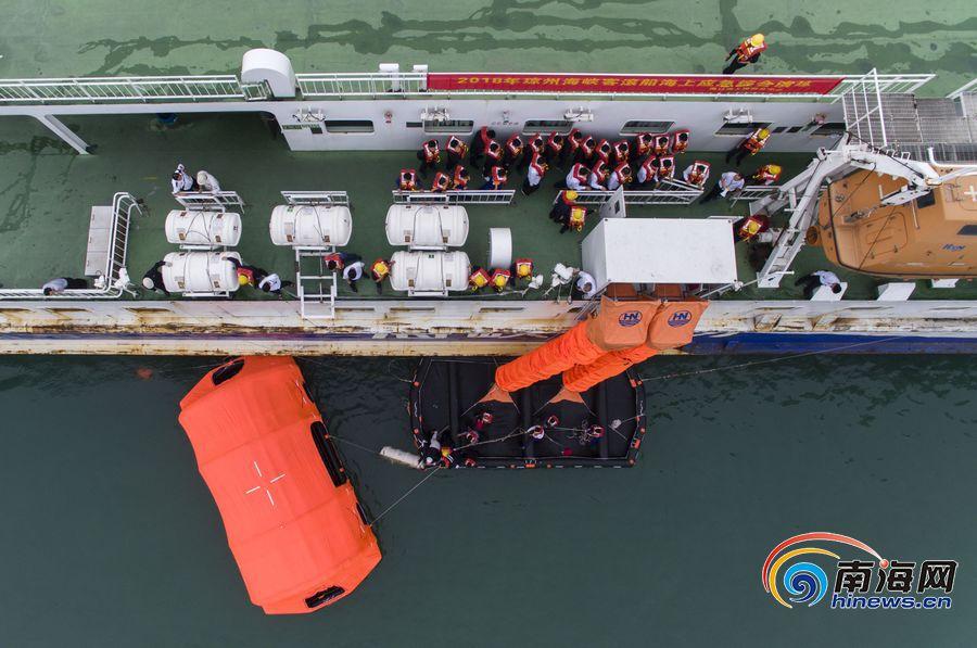 <b>组图|直击琼州海峡客滚船海上应急救助演练</b>