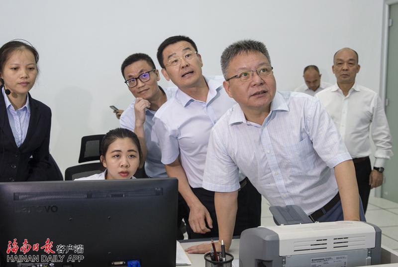 沈晓明在海口调研国庆节前准备工作时强调让市民和游客过一个安全放心祥和的节日