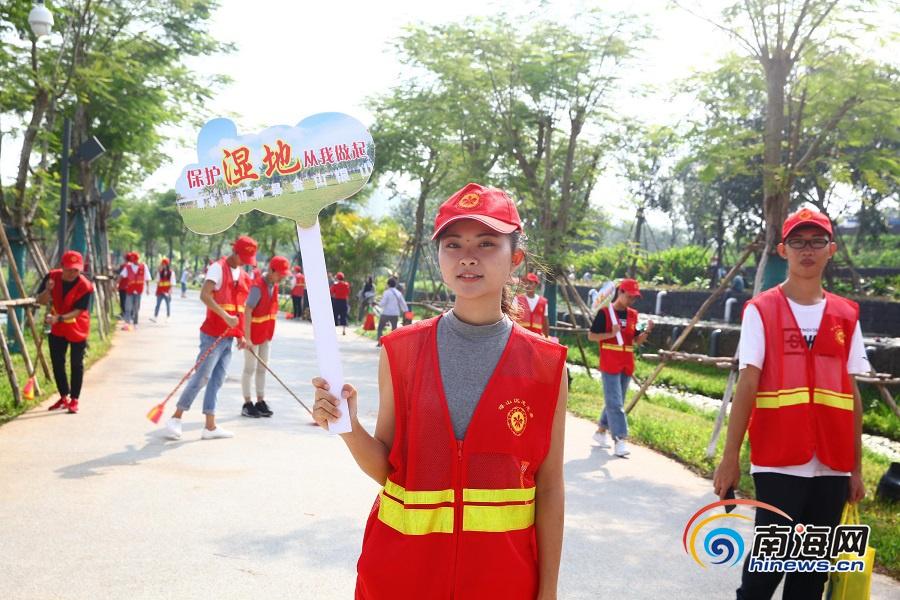 """在海口市美舍河凤翔湿地公园,由团琼山区委组织的志愿者开展了""""文明骑"""