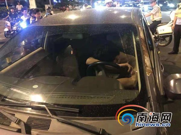 事发海口!男子驾车等红绿灯时睡着一查竟是醉酒驾驶