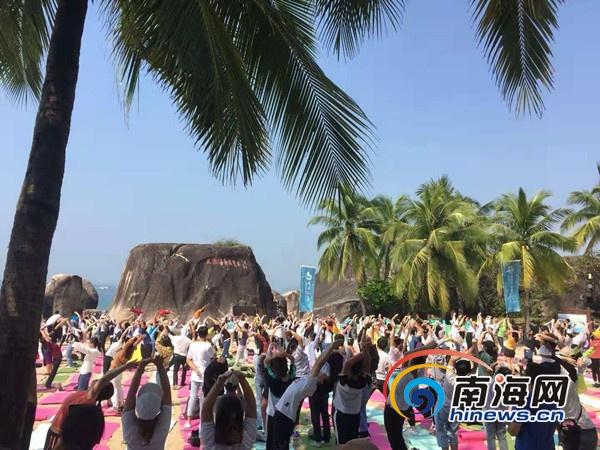 国内外数百瑜伽爱好者齐聚三亚天涯海角展示瑜伽魅力