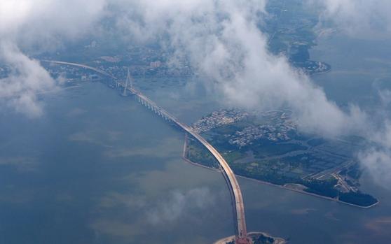 壮观!白云簇拥下的海口文昌铺前大桥有望本月合龙