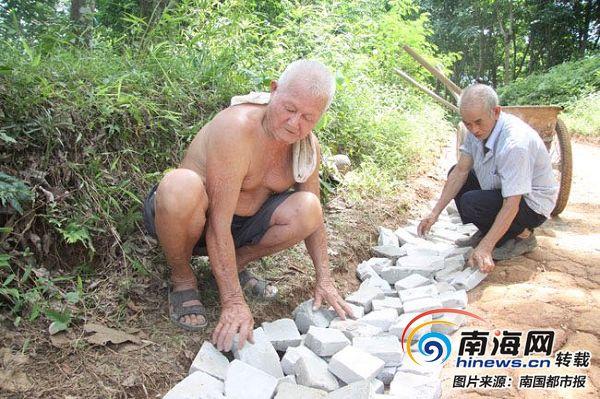 感动海南 儋州两位老人义务修路只为方便村民出行安全