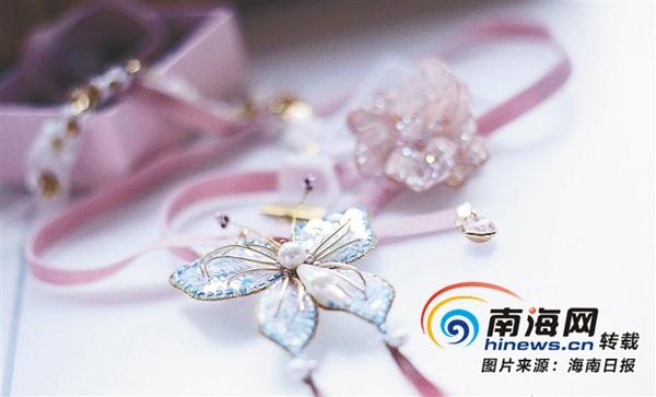 法绣技艺制作的蝴蝶造型饰品.