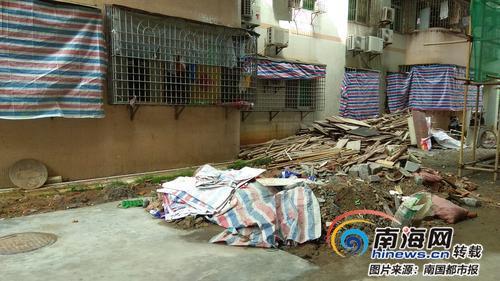 海口金花园小区建筑垃圾堆楼下物业:需业主筹资清运