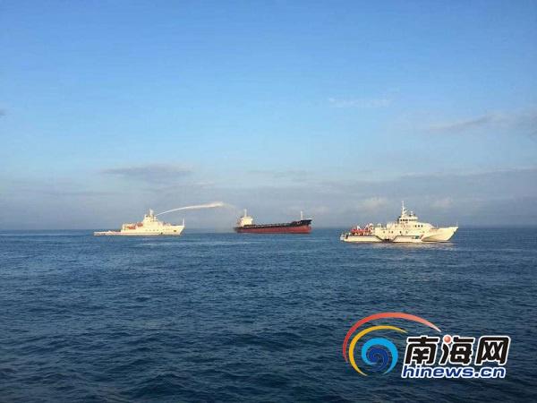 琼州海峡一散货船机舱失火目前火情已控制15名船员安全