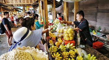 组图| 保亭槟榔谷惠农街生意火爆 促村民增收