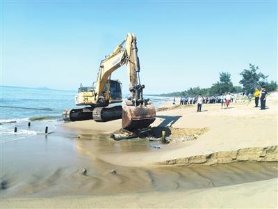 崖州区依法拆除违规入海排污口及取水管道