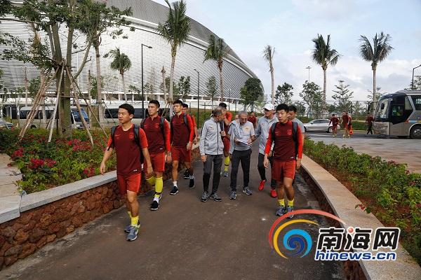 组图 中国男足海口五源河体育场集结训练