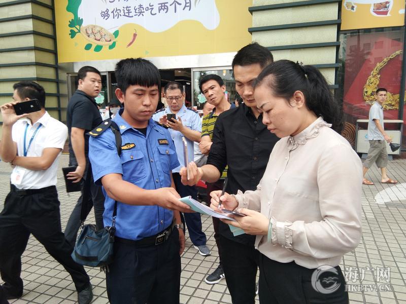 海口龙华区联合市妇联迅速叫停并处罚友谊商场悬挂低俗内容横幅行为