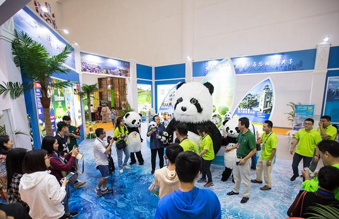 2018年海南欢乐节元素丰富 熊猫馆、水上飞机、扶贫产品琳琅满目