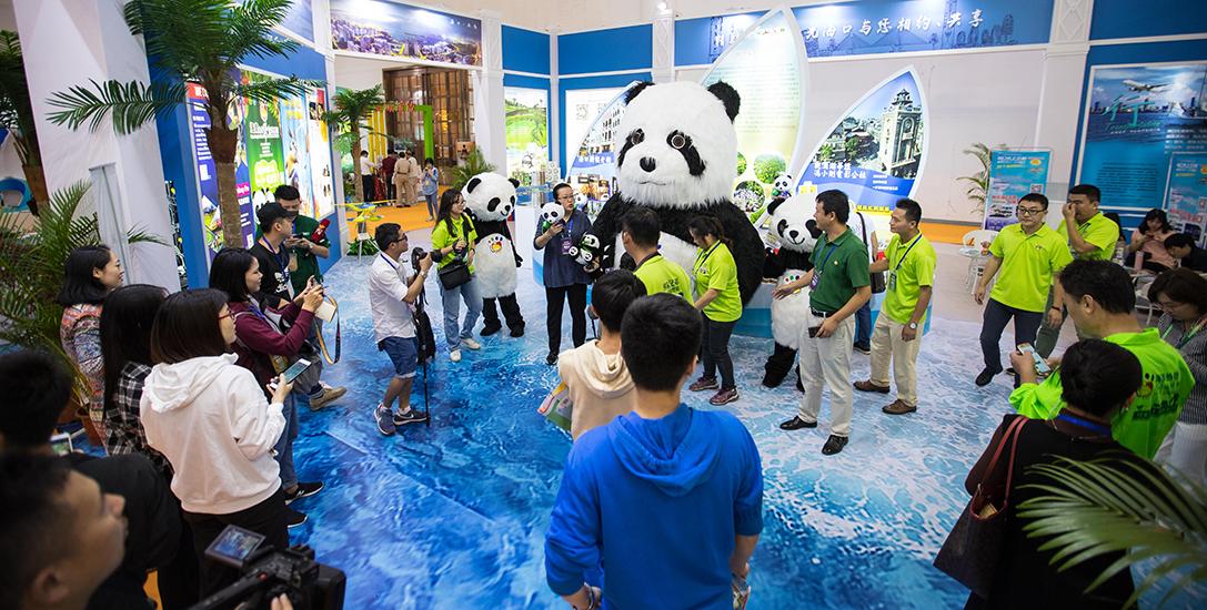 海南欢乐节元素丰富 熊猫馆、水上飞机、扶贫产品琳琅满目